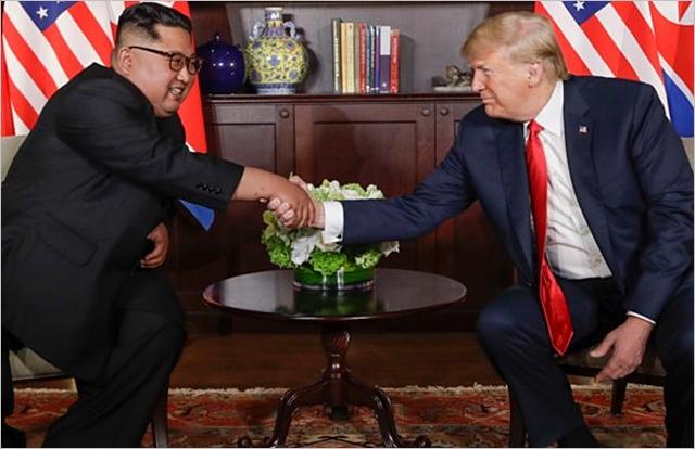도널드 트럼프(오른쪽) 미국 대통령과 김정은 북한 국무위원장이 12일 싱가포르 카펠라 호텔에서 열린 역사적인 첫 북미정상회담에 앞서 악수하고 있다. ⓒ폭스뉴스
