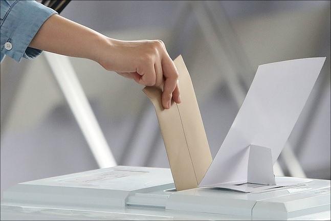 6.13 지방선거 사전투표가 시작된 지난 8일 오전 서울역에 설치된 사전투표소에서 유권자들이 사전투표를 하고 있다. ⓒ데일리안 홍금표 기자