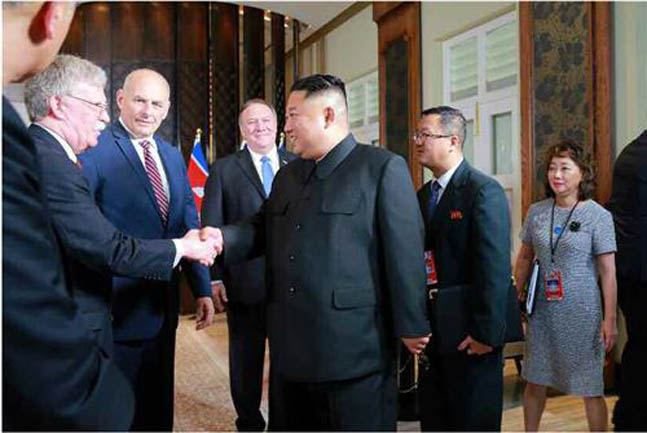 김정은 북한 국무위원장이 미국 존 볼턴 백악관 국가안보회의 보좌관과 환하게 웃으며 악수하는 모습 사진이 13일 북한 노동신문을 통해 공개됐다.ⓒ연합뉴스