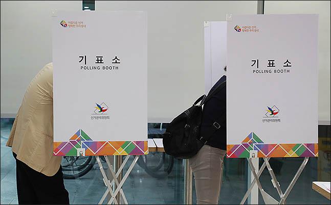 6.13 전국동시지방선거일인 13일 오전 서울 서초구 방배4동 주민센터에 마련된 투표소에서 유권자들이 투표를 하고 있다. ⓒ데일리안 류영주 기자