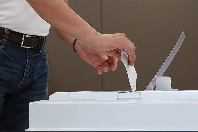 6.13 전국동시지방선거일인 13일 오전 서울 서초구 방배4동 주민센터에 마련된 투표소에서 한 유권자가 투표를 하고 있다. ⓒ데일리안 류영주 기자