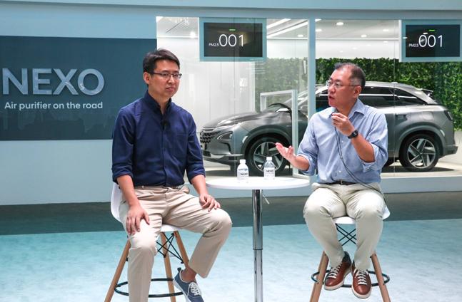 정의선 현대자동차 부회장(오른쪽)과 자오용 딥글린트 CEO가 13일 중국 상하이 신국제엑스포센터에서 열린