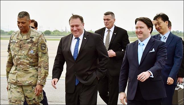 마이크 폼페이오 미국 국무장관이 13일 오후 경기도 평택에 위치한 주한 미군 오산 공군기지를 통해 입국해 빈센트 브룩스 한미연합사령관, 마크 내퍼 주한미국대사대리 등과 함께 이동하고 있다. ⓒ사진공동취재단