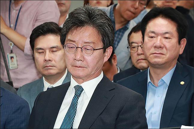 유승민 바른미래당 공동대표가 13일 오후 서울 여의도 당사에 마련된 6.13지방선거 개표상황실에서 방송사 출구조사 결과를 보고 있다. ⓒ데일리안 류영주 기자
