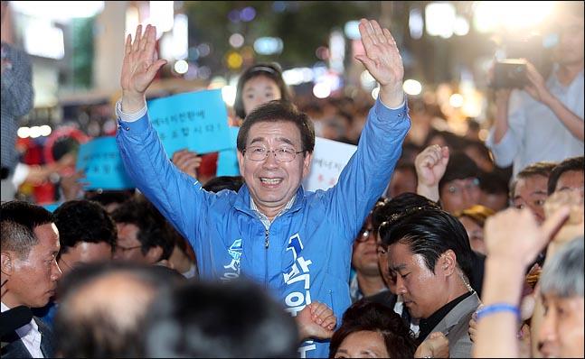 박원순 더불어민주당 서울시장 후보가 6,13 지방선거 공식선거운동의 마지막 날인 지난 12일 오후 서울 명동 거리에서 열린 집중유세에서 시민들에게 손을 들어올려 인사하고 있다.(자료사진)ⓒ데일리안 박항구 기자