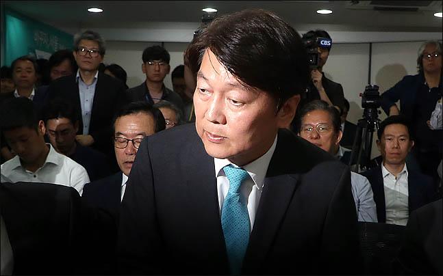 안철수 바른미래당 서울시장 후보가 14일 오전 서울 종로구 견지동 선거사무실에서 선대위 해단식을 마친 뒤 자리에서 일어나고 있다. ⓒ데일리안 박항구 기자