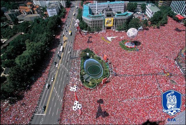 거리응원 인파가 가장 많았던 경기는 온 국민의 결승 진출 염원이 담겼던 2002 월드컵 준결승 독일과의 한판이었다. ⓒ 대한축구협회