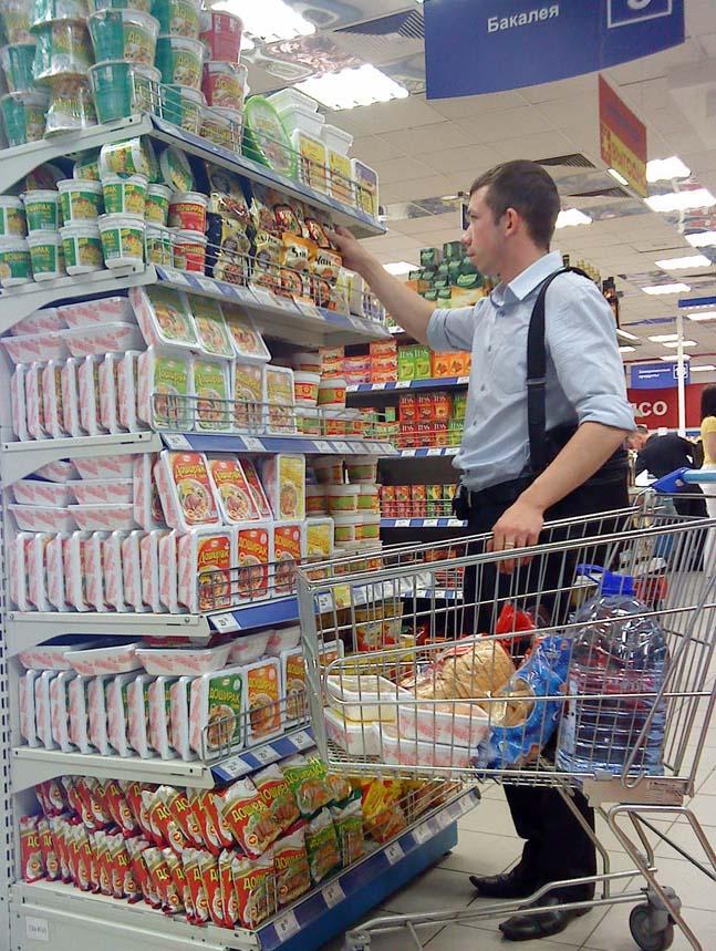 러시아 매장에서 도시락 제품을 고르는 러시아인.ⓒ팔도