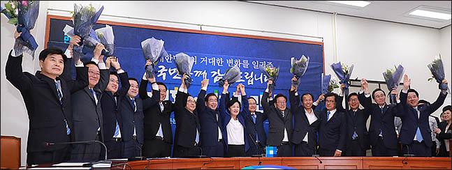 추미애 더불어민주당 대표와 6.13 지방선거 당선자들이 15일 오전 서울 여의도 국회 본청에서 열린