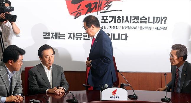 홍준표 자유한국당 대표가 지난 14일 오후 서울 여의도 당사에서 열린 최고위원회의에서 6.13 지방선거 참패와 관련해 대표직 사퇴를 밝힌 뒤 퇴장하고 있다. (자료사진) ⓒ데일리안 박항구 기자