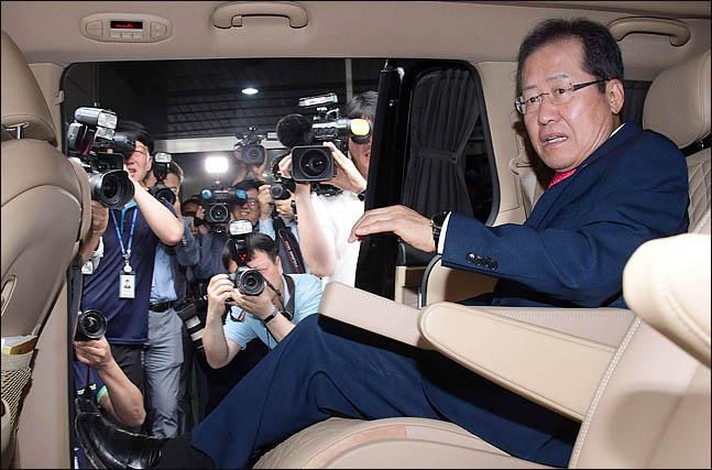 홍준표 자유한국당 대표가 14일 오후 서울 여의도 당사에서 열린 최고위원회의에서 6.13 지방선거 참패와 관련해 대표직을 사퇴한 뒤 당사를 떠나며 승용차에 타고 있다. ⓒ데일리안