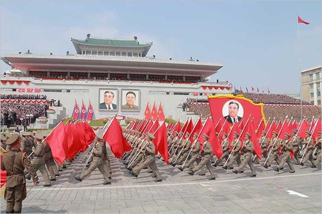 지난해 4월 평양 김일성 광장에서 건군절 열병식이 진행되고 있다. ⓒ조선의오늘