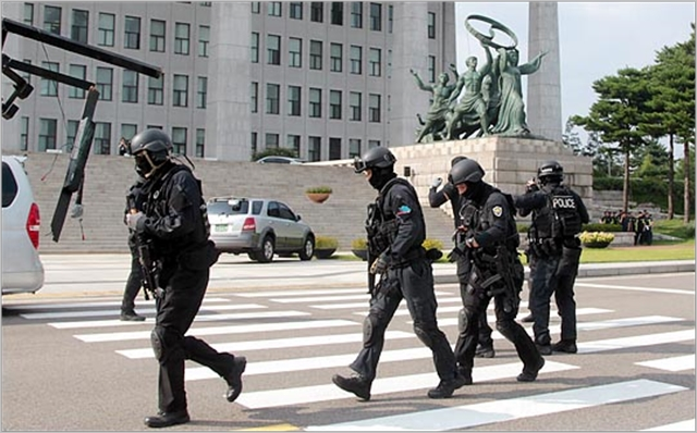 2015년 국회와 경찰특공대, 소방방재청 등 관계기관 관계자들이 을지프리덤가디언(UFG) 훈련 연습을 하고 있다. ⓒ데일리안 박항구 기자