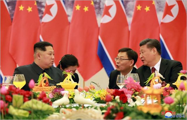 김정은 북한 국무위원장과 시진핑 중국 국가주석이 지난 3월 회담을 갖고 있다. ⓒ조선중앙통신