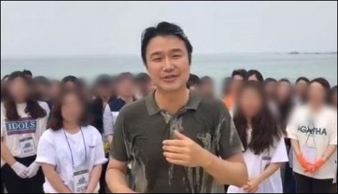 가수 김태욱이 아이스버킷 챌린지 다음 주자로 문재인 대통령을 지목해 논란이 일었다. 채시라 SNS 영상 캡처.