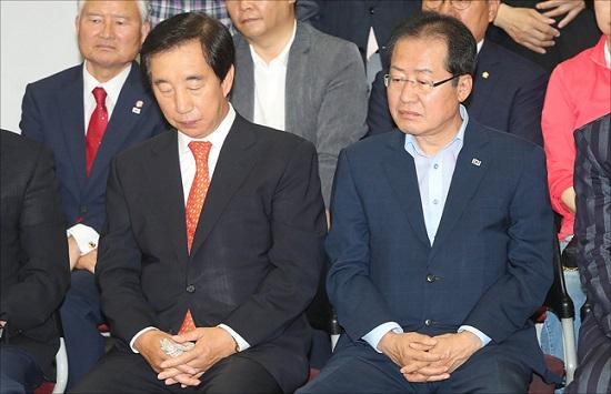 지난 13일 오후 서울 여의도 자유한국당 당사에서 홍준표(오른쪽) 대표와 김성태 원내대표 등 당 지도부가 침통한 표정으로 지방선거 출구조사를 시청하고 있다. ⓒ데일리안 홍금표 기자