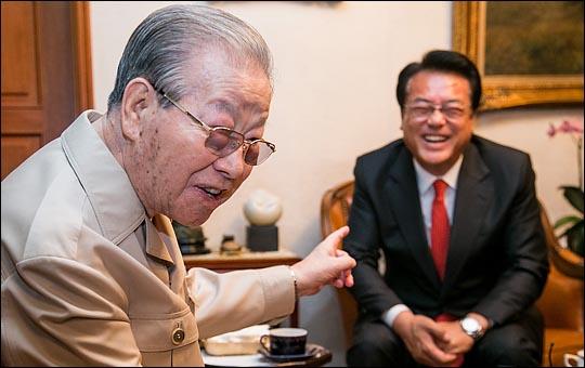 2016년 정진석 당시 새누리당 원내대표가 서울 중구 김종필 전 총리 자택을 방문해 김 전 총리와 대화를 하고 있다. ⓒ사진공동취재단