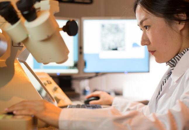 금호석유화학 중앙연구소 연구원이 연구를 진행하고 있다.금호석유화학