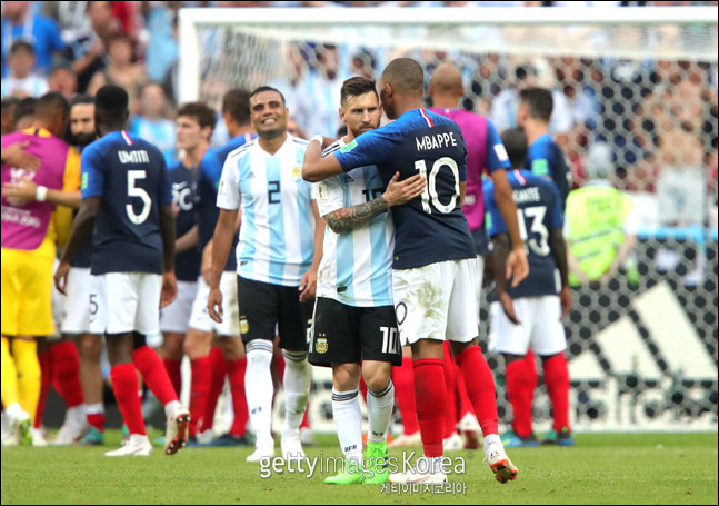 음바페와 메시가 경기를 마치고 포옹하며 서로를 격려하고 있다. ⓒ 게티이미지