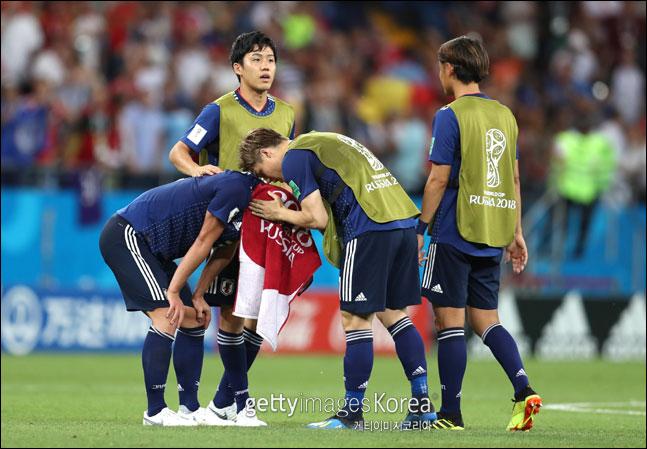 벨기에에 패한 일본 선수들이 아쉬움에 고개를 숙이고 있다. ⓒ 게티이미지