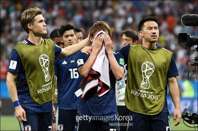 벨기에를 상대로 추가골을 기록한 이누이 타카시(사진 가운데)가 경기에 패하자 아쉬움에 얼굴을 감싸쥐고 있다. ⓒ 게티이미지