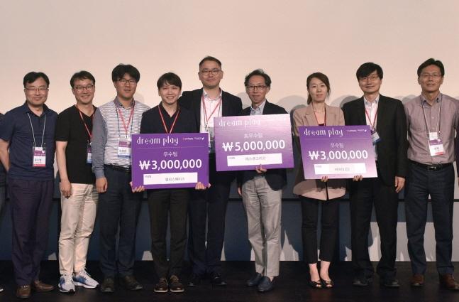 윤수영 LG디스플레이 연구소장(전무·왼쪽에서 첫 번째)이 최근 서울 강서구 마곡 LG사이언스파크에서 개최된 창업프로그램 발표회