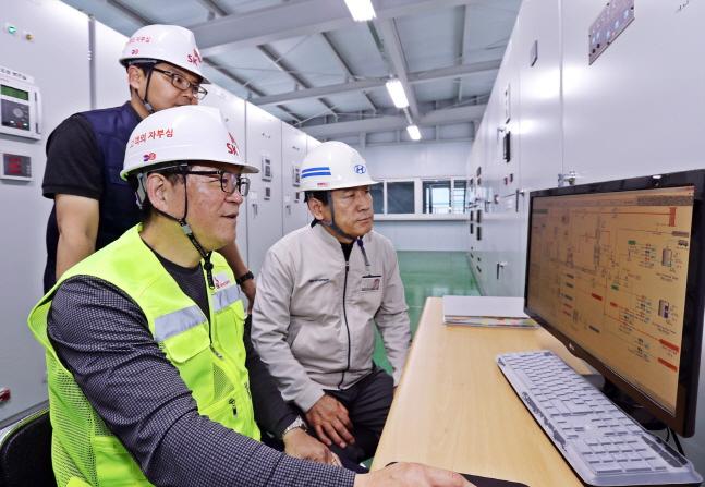 12일 SK텔레콤과 현대자동차 관계자가 에너지 소비 효율화를 위해 현대자동차 울산공장에 구축한 열병합발전 시스템 및 FEMS 솔루션을 점검하고 있다. ⓒ SKT