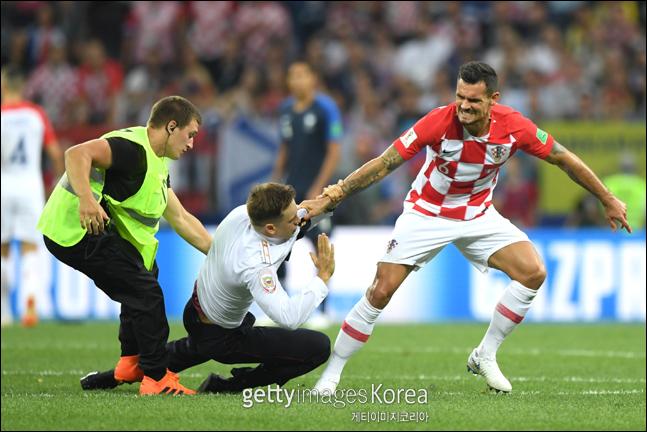 프랑스와 크로아티아와의 월드컵 결승전 도중 경기장에 난입한 관중이 로브렌에 달려들고 있다. ⓒ 게티이미지