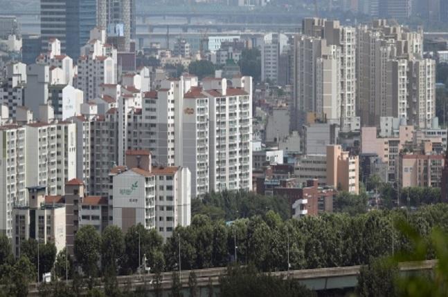 고가 아파트가 포진한 강남지역은 재건축 아파트를 중심으로 약세를 보인 반면, 강북지역의 일반아파트는 꾸준한 오름세를 보이고 있는 것으로 나타났다. 마포구 일대 아파트 단지 모습.ⓒ연합뉴스
