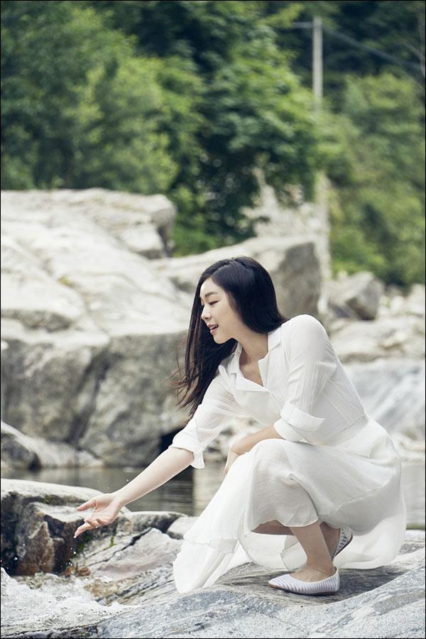 7년 연속 강원평창수의 모델로 활약 중인 김연아의 맑고 순수한 매력이 돋보인 광고 촬영 현장이 공개됐다. ⓒ 코카-콜라사