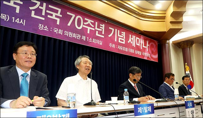 9일 오후 국회 의원회관에서 심재철 자유한국당 의원과 자유민주주의 시장경제 포럼이 주관하는