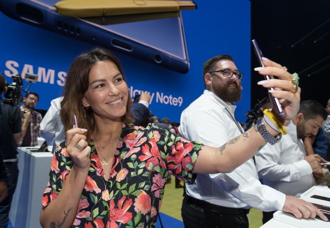 지난 9일(현지시간) 삼성전자 갤럭시노트9 언팩 행사에서 한 관람객이 단말을 체험하고 있다. ⓒ 삼성전자