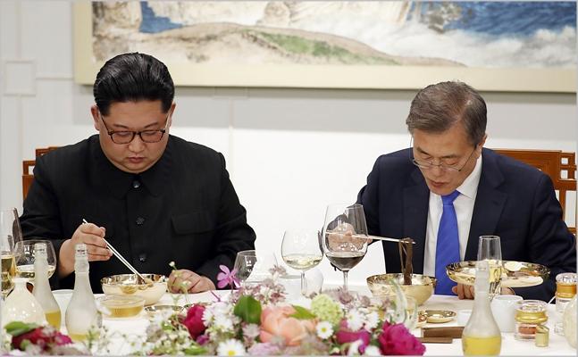 문재인 대통령(오른쪽)과 김정은 북한 국무위원장이 지난 4월 판문점에서 남북정상회담을 진행하고 있다.  ⓒ한국공동사진기자단