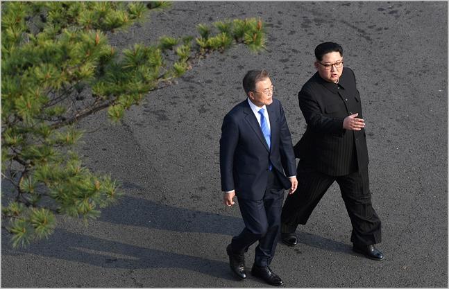 문재인 대통령(왼쪽)과 김정은 북한 국무위원장이 지난 4월 판문점에서 남북정상회담을 진행하고 있다. ⓒ한국공동사진기자단
