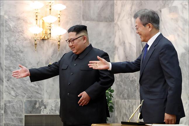 문재인 대통령과 북 김정은 노동당 국무위원장이 지난 5월 26일 판문점 북측 통일각에서 2차 남북정상회담을 갖고 있다. ⓒ청와대