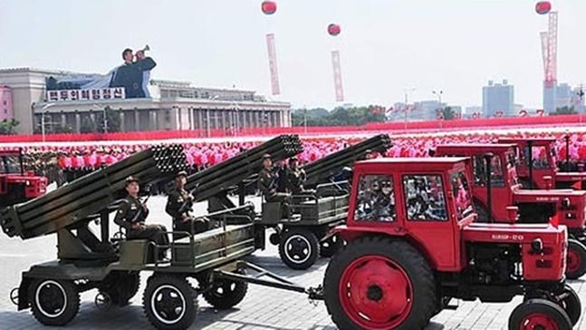 북한 정권수립 70주년을 기념한 9.9절 대규모 열병식이 한반도 정세를 좌우할 변수로 남아있다. 미국의 소리(VOA) 방송에 따르면 북한 평양 김일성 광장에 수 천 명이 집결하며 열병식을 준비하는 것으로 추정되는 모습이 민간 위성에 포착됐다.(자료사진) ⓒ연합뉴스