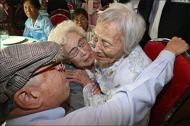 20일 금강산호텔에서 열린 제21차 남북 이산가족 단체상봉 행사에서 남측의 조혜도(86·가운데)가 북측의 언니 조순도씨(89)를 만나 포옹하며 울고 있다. ⓒ사진공동취재단