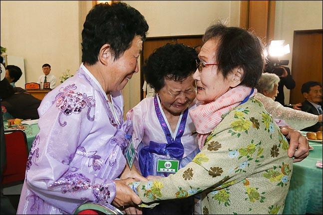 제21차 이산가족 상봉행사 첫날인 20일 오후, 북한 금강산호텔에서 진행된 단체상봉에서 남측 상봉단 한신자(99)할머니가(녹색) 북측의 딸 김경실(72), 김경영(71)씨와 상봉하고 있다. ⓒ사진공동취재단