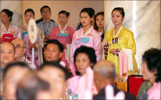 제21차 이산가족 상봉행사 첫날인 20일 오후, 북한 금강산호텔에서 열린 북측 주최 환영만찬에서 북측 접대원들이 대기하고 있다. ⓒ사진공동취재단