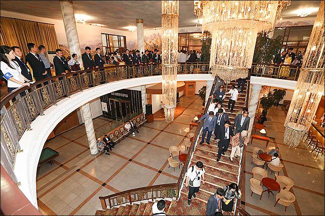 20일 금강산호텔에서 열린 제21차 남북 이산가족 단체상봉 행사를 마친 남측 상봉단이 숙소로 돌아가고 있다. ⓒ사진공동취재단