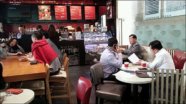 오는 23일부터 커피전문점과 비알코올음료점, 생맥주 전문점, 체력단련장, 복합쇼핑몰 및 그 밖의 대규모 점포까지 지적재산권의 공연권 행사 범위가 확대되는 가운데 자영업자들을 비롯한 유통업계의 불만이 높아지고 있다.ⓒ데일리안DB
