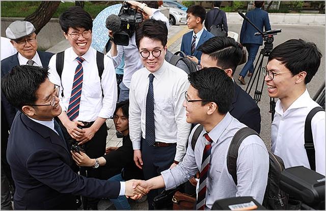 양심적 병역거부자들이 지난 6월 헌법재판소 앞에서 헌재의 선고 결과에 만족해하며 기뻐하고 있다. ⓒ데일리안 류영주 기자