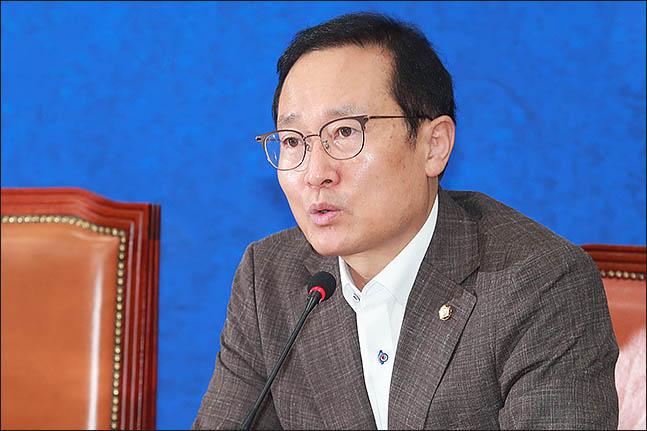 홍영표 민주당 원내대표는 지난 21일 원내대책회의에서 인터넷 은행 특례법에 대해 입장을 밝혔다. ⓒ데일리안 류영주 기자