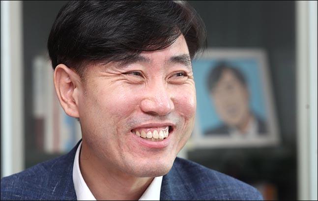 바른미래당 9·2 전당대회에 당대표 출사표를 던진 하태경 의원이 23일 데일리안과의 인터뷰 도중 환한 웃음을 보이고 있다. ⓒ데일리안 박항구 기자