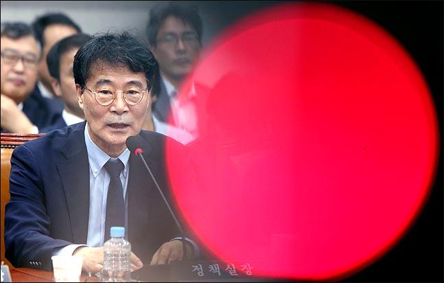 장하성 청와대 정책실장이 28일 국회 운영위원회 전체회의에 출석해 의원들의 질의에 답하고 있다. ⓒ데일리안 박항구 기자