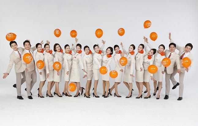 제주항공이 9월 6일부터 18일까지 전국에서 채용설명회를 진행한다. 사진은 제주항공 사내모델들.ⓒ제주항공