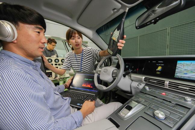 현대 기아차 연구원들이 남양연구소에서 지능형 음성인식 비서 서비스 기술을 개발하고 있다. ⓒ 카카오