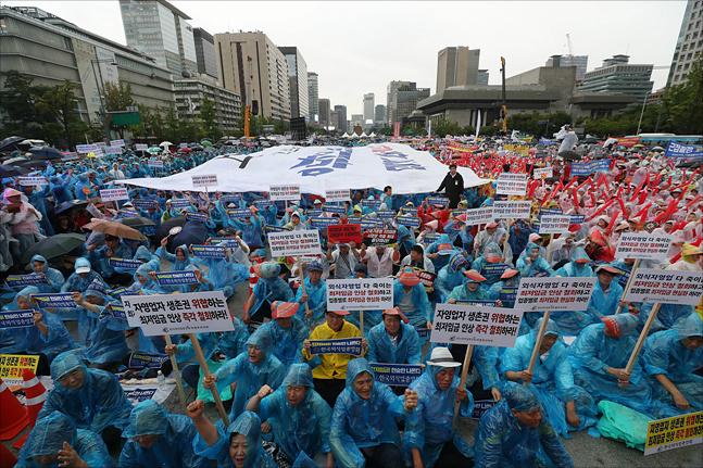 전국의 소상공인·자영업자 2만여 명이 지난 29일 오후 호우특보가 발령된 서울 광화문광장에 모여 최저임금 인상 철회와 업종별 차등 적용을 요구하고 있다. ⓒ데일리안 홍금표 기자