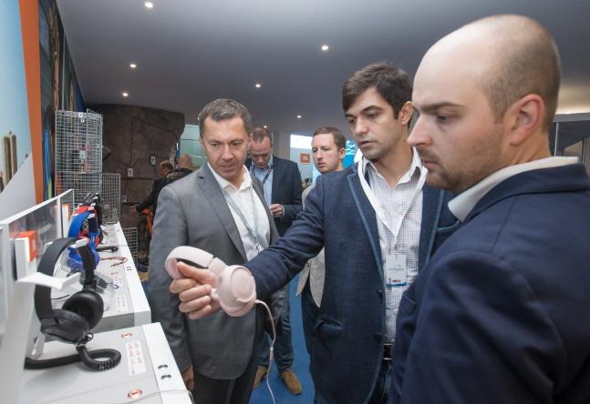 하만 관계자들이 독일 베를린 라디오 타워 풍크투름 전시장에 마련된 전시 부스에서 오디오 제품들을 설명하고 있다.ⓒ삼성전자