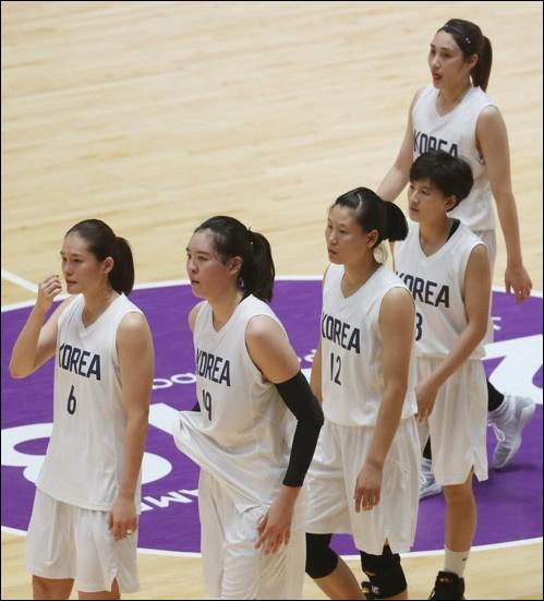 중국에 석패한 여자 농구 남북 단일팀. ⓒ 연합뉴스